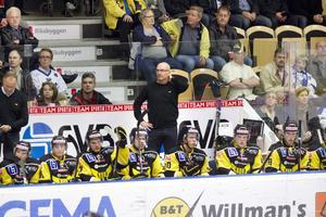 Jagar seger. VIK-tränaren Mats Waltin efterlyser balans i spelet. foto: arkiv