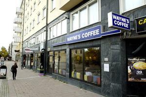 Då. År 2014 stängde Waynes Coffee efter nästan exakt tolv år på Storgatan. Anledningen var att kaféägaren Daniel Sandström insåg att lokalen krävde en hel del investeringar, men att han inte trodde att det skulle bli lönsamt att lägga pengarna på ett mindre kafé.  Bild: Håkan Humla