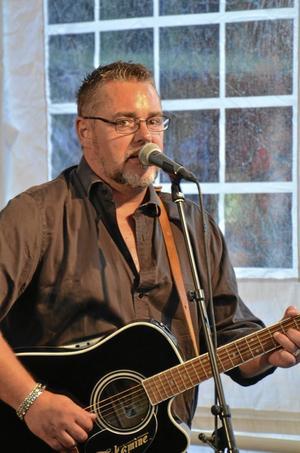 Vreeswijks toner. Jack Vreeswjik bjöd både på egen musik och sin far trubaduren Cornelius Vreeswjiks låtar, bland annat Måsen och masken.