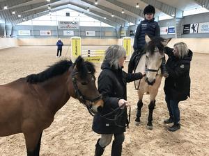 Cajsa Troive-Skoglund till häst, Ammi Troive mormor och mamma Annika Troive Hedman.