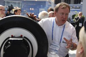 Pascal Cousnon, teknisk chef på Michelin, visar det nya självlagande däcket. Det ska finnas på marknaden senast om tre år.