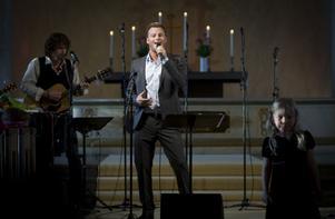 Lill-Babs tar alltid med sig någon artistvän till Järvsö. Den här gången var det Magnus Carlsson som många kommit till kyrkan för att lyssna till.