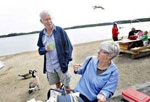 rullar på. Herbert Aldenbjörk och Monica von Knorring Aldenbjörk var på väg till Skellefteå när de stannade till för att äta tunnbrödsrullar.