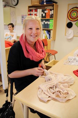 Nathalie Thörnqvist har tagit med sig tre urtvättade linnen. De förvandlas nu till smala remsor som rullas på nystan.