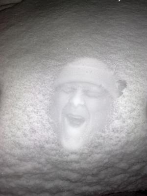 Va ute med barnen och hade lite kul i snön.Då kom vi på att trycka ner ansiktet i snön på motorhuven på bilen sen tog vi kort.Blev förvånad av resultatet.Klart den häftigaste bild jag någonsin tagit.