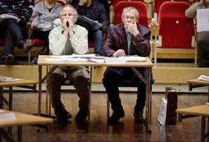 Kommunfullmäktigeledamot Gerhard Carlsson (SD) är förbannad. Varken han eller någon annan Sverigedemokrat har fått plats i någon av de kommunala nämnder där de flesta viktiga beslut fattas. Rävspelet för att hålla SD utanför är ett hån mot demokratin anser han. Bilden är tagen vid ett kommunfullmäktigemöte och till vänster om Gerhard sitter partikollegan Åke Durre.