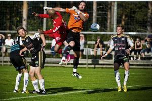 Anundsjös ytterback Luis Vasquez fightas med Strömsbergs målvakt Martin Sundström. Anundsjö fick bara oavgjort och nu blir det svårt att vinna serien.