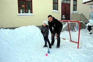 Sådan fader... När Tierpslaget spelade uppvisningsmatch i Gävle fick Philip beröm av Arbetarbladets sportchef. Så har han också påbrå, pappa Jonas var själv en duktig spelare som platsade i Brynäs.