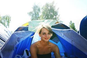"""Sara Paulsson upplever sin första festival och stortrivs i det fina vädret. Hon är främst här för att se Håkan Hellström och Mandio diao. """"Det är jätteroligt här, jag kommer tillbaka nästa år. Det som är tråkigt när det är så här stort är alla långa avstånd."""""""