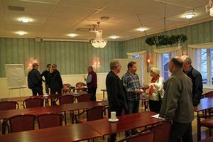 Diskussionerna om vindkraftens påverkan fortsatte även efter det att samrådsmötet avslutats i en av Järvsöbadens lokaler.