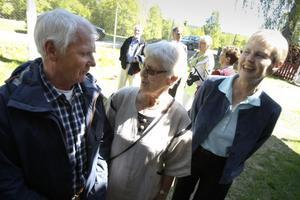 Tord Larsson bar sjömanskostym som barn, mindes Alice Björklund. Anna Olsson njöt av stämningen på skolträffen.