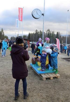 Catharina Elmsäter-Svärd invigde den nya perrongen i Röjan. Kingen Karlsson höll i högtalaren.