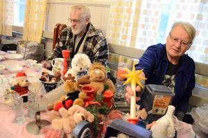 Tommy Johnsson och Mona-Lisa Zilén hade dukat upp borden när Blåbandrörelsen ordnade jul- och hantverksmarknad i Ullersäter.