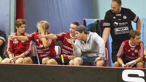 Ny röst i båset. Niclas Österberg, i grå tröja, är ny tränare i Per-Ols inför den här säsongen.