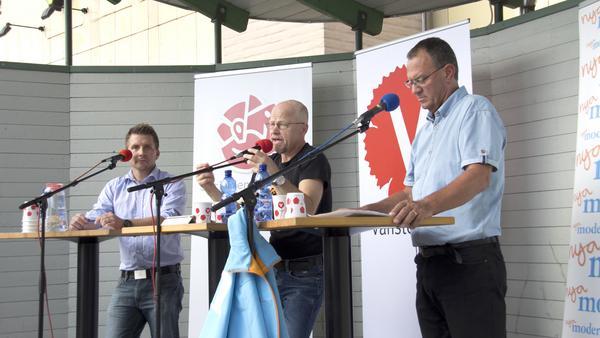 Marino Wallsten (S), Stig Henriksson (V) och Jan Johansson (M) diskuterade flera ämnen under debatten på Brinelltorget i lördags, bland annat de stora de klassiska jobb, skola och vård.