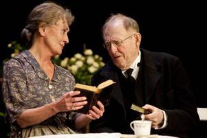 Berit Carlberg som Gustava och Björn Gustafson som Andreas Jarl i Riksteaterns föreställning Änkeman Jarl.