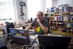 I Los sitter Åke Hedman omgiven av datorer och datorutrusning och klurar på en fortsättning på sitt prylprotokoll.