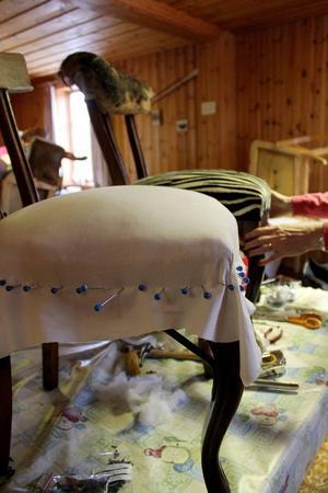 En gammal stol får nytt tyg och blir som ny.