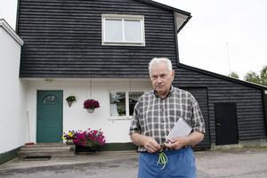 Lasse Henningsson, 73 år, är van att ta emot besökare i sitt välkända Erskine-hus i Skogsbyn.