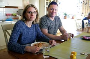 Det är 4 av de cirka 20 högstadielärarna på Nyheden som både ansökt om och valts ut att konkurrera om 6 förstelärartjänster. 39-åriga Katarina Caarls är en av dem. Hennes 42-årige kollega Jan Pettersson avvaktar och söker en tjänst tidigast till nästa höst.