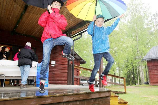 Paraplyn kan ju användas till mycket mer än att bara skydda mot regn. Som till exempel fallskärmar, tycker Theo Christensen och Orvar Hermansson.
