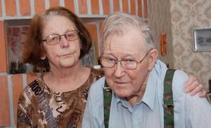 Besviken. –Så här trodde jag inte att dagens sjukvård fick fungera, säger Elly och kramar om maken Bertil.