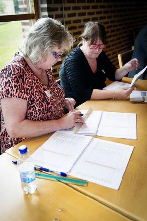 Lena Lindström och Sara Åström håller koll. Det är ordning och reda som gäller i röstlängden.