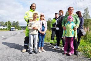 Här på den tungt trafikerade E14-infarten till Järpen, ska barnen från Tossön kliva på bussen till skolan i Järpen eller Mörsil. Otäckt, tycker både barn och föräldrar, som nu kräver en bättre lösning. Från vänster Tomas Karlström med barnen Robin, 7, och Madeleine 9, Håkan och Sara Karlström, Tuss Nord med dotter Edla, 6, och (skymd) Ulrika Bertmar.