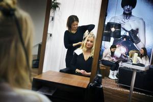 Thyra Nilsson får håret fixat av Mikaela Wikström innan det är dags för fotografering.