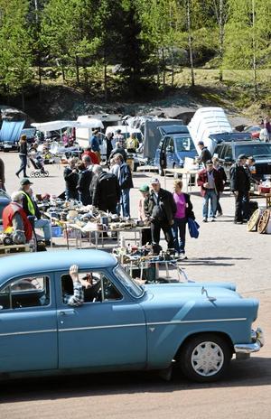 Smått och stort. Det fanns både hela veteranfordon och mindre bildelar på söndagens veteranmarknad i Askersund. Foto: Veronica Svensson
