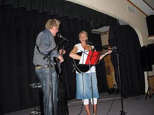 Snygg-Jonas och Elisabeth Gutö underhöll matgästerna med sång och musik.