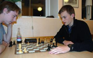 Teddie Ljuggren och Niclas Samuelsson grubblar över ett av flera partier som de hinner med under kvällen.