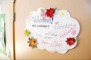 På dörren till förberedelseklassen hälsas eleverna välkomna på flera olika språk.
