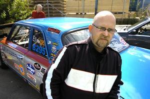 Jan Ljungberg, SHRA Lindesberg, har en historisk dragracingbil. Chrysler Valianten tävlade första gången 1975 och hänger med än. I söndags förmiddag gick det däremot lite för fort och Jan fick se andra bilar och förare gå mot final