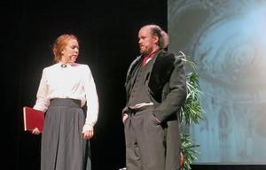 Olivia Molin som Wilhelmina Skogh och Emil Holmgren som trafikchefen.
