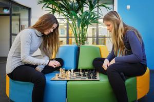 Ändrat åsikt. Ella Jämsén och Julia Sjölander går i femman och har gått från att tycka schack är töntigt, till att spela varje dag.