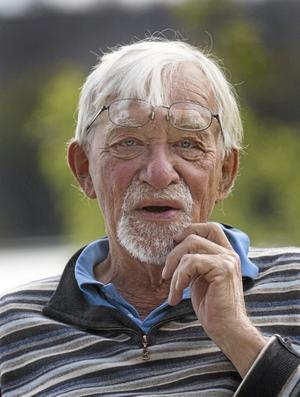 """maning . I dag skulle Lars Gustafsson har fyllt 80 år. Crister Enander hör fortfarande Lars Gustafssons maning: """"Ni får inte ge er. Ni måste försöka igen"""". Foto: Peter Krüger"""