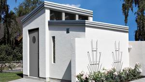 Murad friggebod. Friggebod i betong som levereras som byggsats och muras med lättklinkerblock. Placeringen av dörr och fönster kan anpassas efter egen smak, och isolering i golv och tak finns som tillval. Leverantör: Finja, www.finja.com.Pris: 45 000 kr.