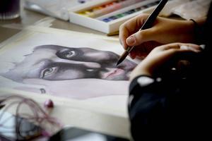 Tolv elever går i årskurs ett på konstskolan i Åredalens folkhögskola. Här ser vi Hanna Modén färdigställa sitt självporträtt.
