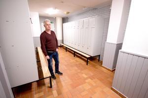 Leif Ekegren, driftingenjör på NVK, visar ett av de renoverade omklädningsrummen.