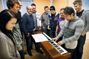 Det blev ett populärt besök av dansbandet Jannez på Hjalmar Strömerskolan i Strömsund i går förmiddag.