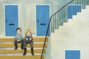 Två pojkar, den ene ljus och långhårig, den andre mörk med kort hår, sitter i trappen och tar igen sig. De har varit ute och sprungit i natt.