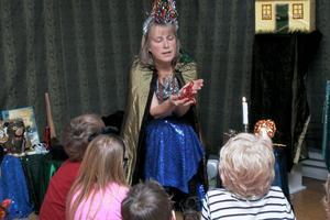Birgitta Bomark plockade fram ett magiskt och förtrollat pärlhalsband, där varje pärla representerade en saga. Hon berättade och iscensatte boken Ensammast i världen, som i grunden handlar om flyktingbarn.