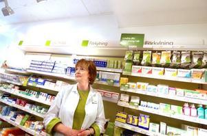 Fullt i hyllorna. Gudrun Wahlsten, receptarie i Falun, fyller på med receptfria allergimediciner inför pollensäsongen.
