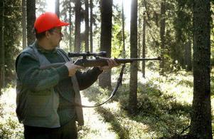 Det krävs åtskilligt för att kunna skjuta en björn. Så mycket att det kan vara enklare att avstå från björnjakten. Ändå är det många jägares dröm att fälla en björn.