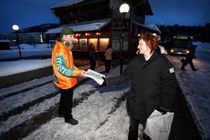 Ted Burnäs delade ut gratistidningen Metro till bussresenärer på busstationen i Sundsvall. En av dem var Marie Håll.