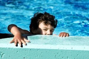 KÄMPAR PÅ. Abdlaziz  Amar, fem år, har nästan lärt sig simma i år. Det är första gången som han går i simskola.