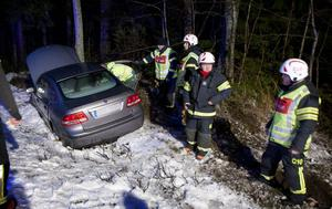Den unga kvinnan i baksätet hade ryggsmärtor efter avkörningen. Hon fördes sedan i väg med ambulans.