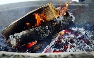 Nere vid vindskyddet eldade föräldrar och förberedde för grillning när barnen sedan kommer och vill ha lite ny energi.