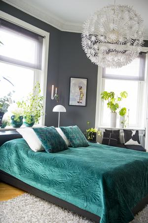 Sängen är möblerad mot den vackra kakelungen och placeringen gör sängen inbjudande och blir som rummets smycke.